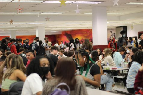 Lingering Lunch Lines. Students eat lunch in a packed cafeteria during B lunch on Aug. 20. Long lines at lunch have caused multiple announcements during the 1st quarter, excusing late students who are still waiting to get their lunch after class has started.